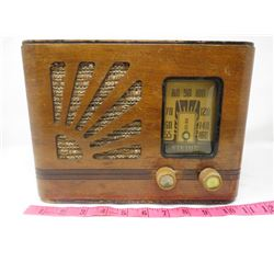 ELECTRIC RADIO (VIKING, WOOD CABNET) *KNOBS LOOSE*