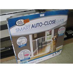 FOUR PAWS SMART AUTO-CLOSE GATE