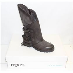 MJUS SZ 6.5 GREY HEELED BOOT