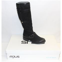 MJUS SZ 9 NERO KNEE HIGH HEELED BOOT
