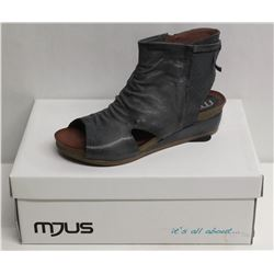 MJUS SZ 7.5 SURF WEDGE SANDALS