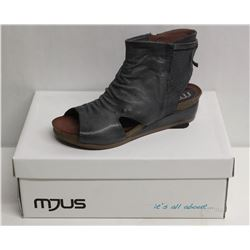 MJUS SZ 9.5 SURF WEDGE SANDALS
