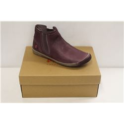 SOFTINOS SZ 8.5 SMOOTH PURPLE  ANKLE BOOT