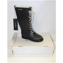 ILSA JACOBSEN SZ 9.5 BLACK RUBBER BOOTS