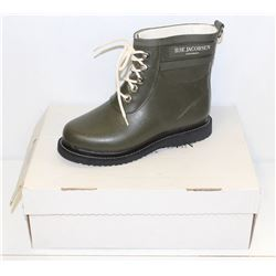 ILSA JACOBSEN SZ 9.5 ARMY GREEN RUBBER ANKLE BOOTS