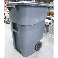RUBBERMAID ROLLING GARBAGE CAN