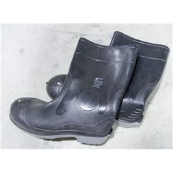 PAIR OF ONGUARD STEEL TOED RUBBER BOOTS SIZE 15