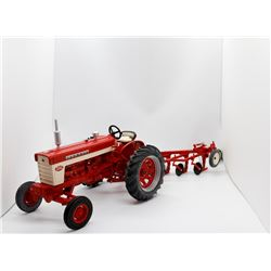 Case IH Farmall 560 w/ 5 bottom plow Ertl Prestige Collection 1:16 Has Box