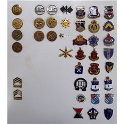 US ARMY UNIT CRESTS AND LAPEL INSIGNIA.