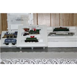 Bradford Exchange Christmas Railroad Theme Set w/Locomotive, Tracks and Cars (Plastic Models) c/w Ce