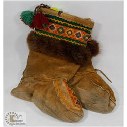 AUTHENTIC VINTAGE HAND MADE FIRST NATIONS MUKLUKS.