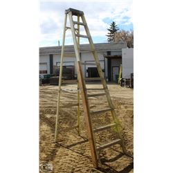 10 FOOT FEATHERLITE FIBERGLASS STEP LADDER