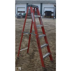 6 FOOT FEATHERLITE FIBERGLASS STEP LADDER