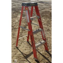 4 FOOT FEATHERLITE FIBERGLASS STEP LADDER