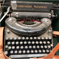 UNDERWOOD PORTABLE MANUAL TYPEWRITER WITH CARRYING CASE