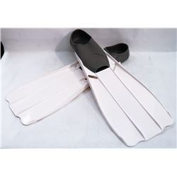 PAIR OF NEW WHITE SZ 6-7 SCUBA FLIPPERS