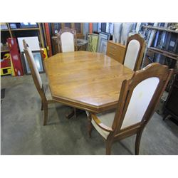 ROUND OAK DINING TABLE W/ 4 CHAIRS AND LEAF