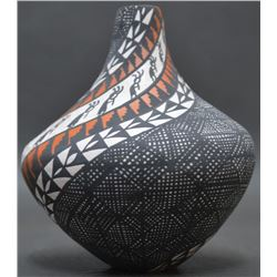 ACOMA INDIAN POTTERY VASE (SANDRA VICTORINO)