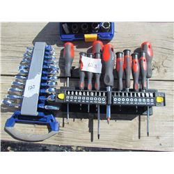 LOT OF ASSORTED ITEMS (WRENCH SET, SCREWDRIVERS, SOCKETS)