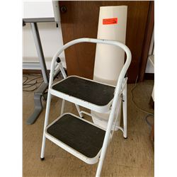 Folding Metal Stepladder and Roll of White Paper (RM-222)