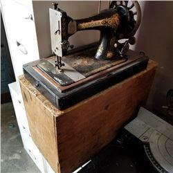 SINGER HAND CRANK SEWING MACHINE IN WOOD CASE