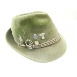 ASSORTED MILITARY PIN AND FELT HAT