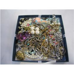 TRAY OF ESTATE RHINESTONE AND PEARL JEWELLERY