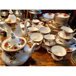 ROYAL ALBERT 'OLD COUNTRY ROSE' CHINA - SERVICE FOR 4 PLUS MANY EXTRAS