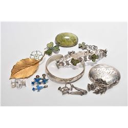 Selection of vintage jewellery including sterling silver and Scottish green marble brooch, shamrock