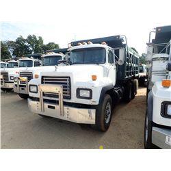 2000 MACK RD690S DUMP TRUCK, VIN/SN:1M2P264C1YM031435 - TRI-AXLE, MACK EM7-300 ENGINE, MACK 7 SPEED