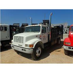 1999 INTERNATIONAL 4900 SERVICE/LUBE TRUCK, VIN/SN:1HTSDAAN8XH212690 - IHC, DT466E DIESEL ENGINE, 6