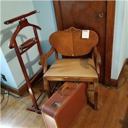 BUNDLE LOT: VINTAGE GENTLEMAN'S VALET STAND, SUITCASE, CHAIR / CHERUB LAMP