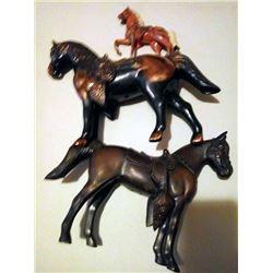 BUNDLE LOT: VINTAGE PARADE TOY HORSES / PIGGY BANK, MUG SOUVENIRS