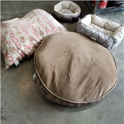 LOT OF PET BEDS