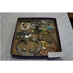 TRAY OF VARIOUS WOMENS JEWELLERY AND PINS