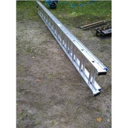 LARGE ALUM EXTENSION LADDER / LOOKS NEW