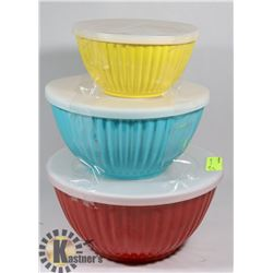 SET OF THREE BOWLS WITH LIDS