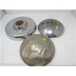 LOT OF 3 METAL HUBCAPS (FORD DELUXE, BUICK, ETC…)
