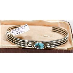 SMALL VINTAGE STERLING SILVER TURQUOISE BRACELET.
