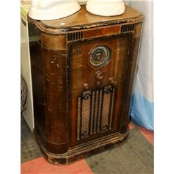 ANTIQUE DE FOREST CROSLEY RADIO MADE IN CANADA,