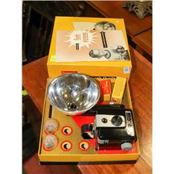 1940'S BROWNIE HAWKEYE FLASH CAMERA OUTFIT IN BOX