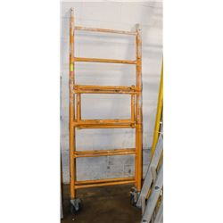 FOLDING PORTABLE SCAFFOLD ON CASTERS