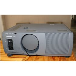 PANASONIC PROJECTOR PT-L592U, COMES WITH CASE
