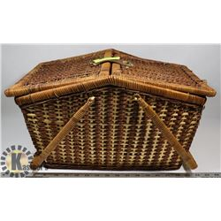 WICKER PICNIC BASKET WITH LEATHER CLASP -TOP