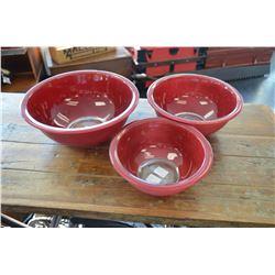 Set of pyrex bowls