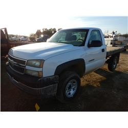 2005 CHEVROLET 2500HD FLATBED TRUCK, VIN/SN:1GBHC24U25E280537 - GAS ENGINE, A/T, 8' BODY, ODOMETER R