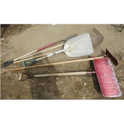 LOT OF 9 YARD TOOLS (4 X METAL SHOVELS) *5 X METAL RAKES*