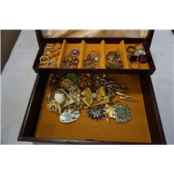 JEWELLERY BOX W/ VINTAGE BROACHES AND RINGS
