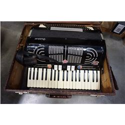 PEERLESS ACCORDION IN CASE