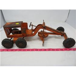 STRUCTO TOYS AND A METAL ROAD GRADER